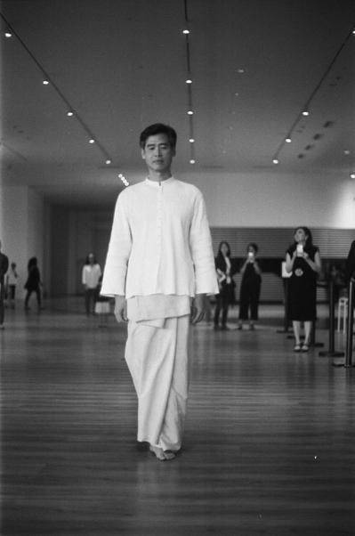 李明維在穿著上常會突顯自己的東方特質,成為西洋藝術界特別的存在。(Mahendr...
