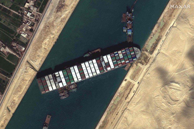 長榮海運超大型貨櫃輪長賜號卡在蘇伊士運河近一周,造成運河大塞船。法新社
