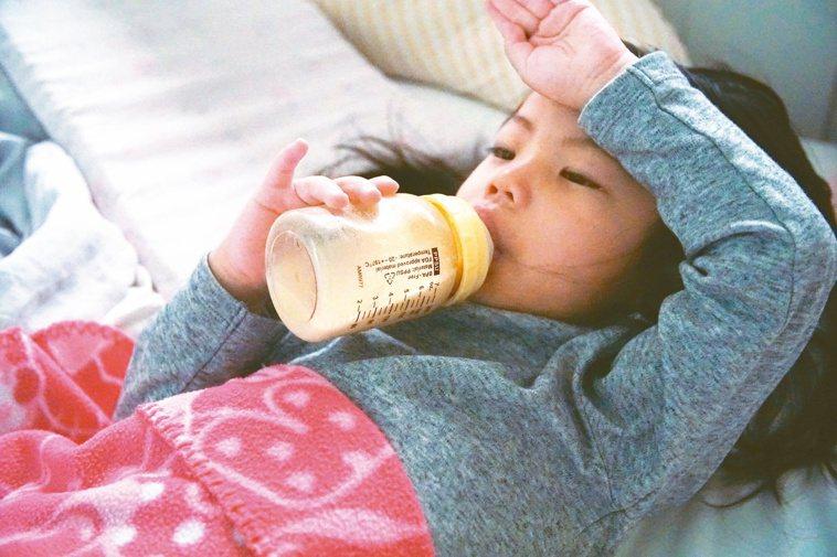 成長配方多含有精製糖,喝兩、三杯就可能超標。若長期飲用恐提高慢性疾病風險。圖/蔡...