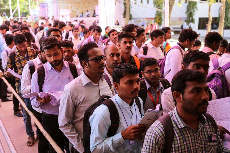 全球出現新一波爭搶「鐵飯碗」熱潮,印度一年有100萬人參加公務員考試。(路透)