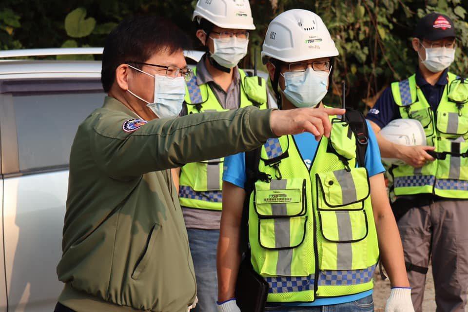交通部長林佳龍(左)今深夜發文表示辭去交通部長一職。圖/取自林佳龍臉書