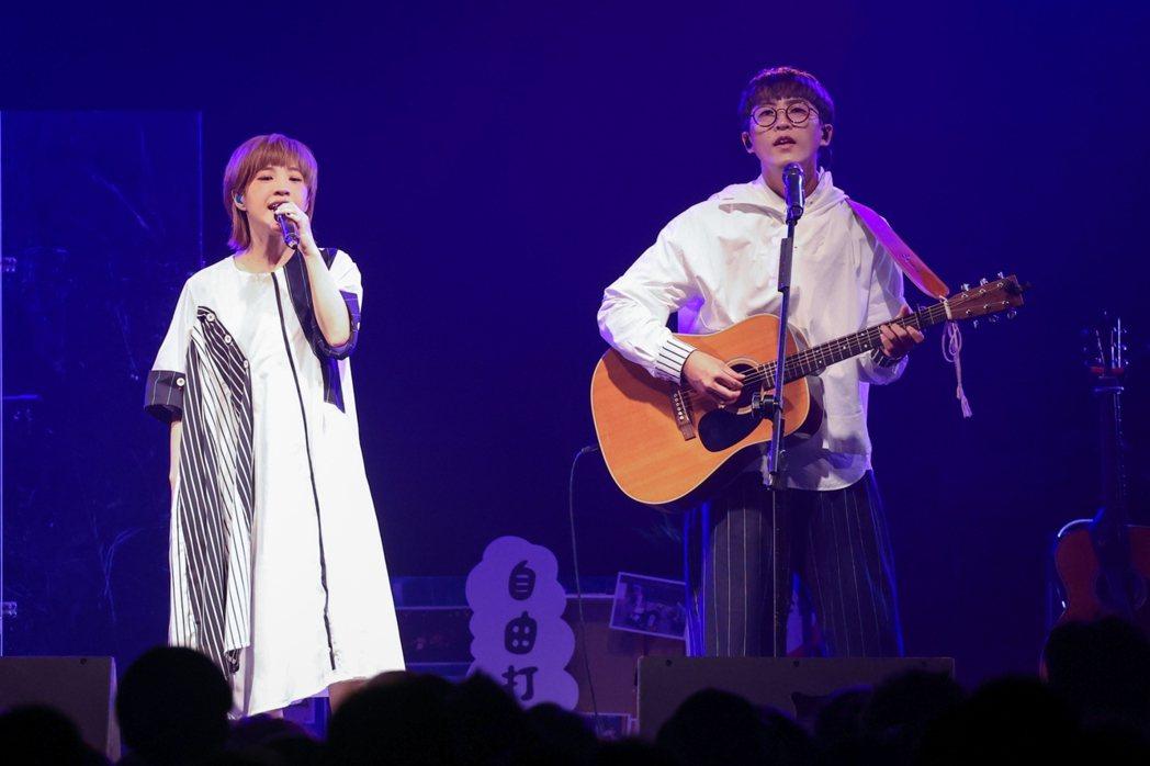 團長聖哲(右)和主唱小球闊別8年又以「棉花糖」的身分出發。記者沈昱嘉/攝影