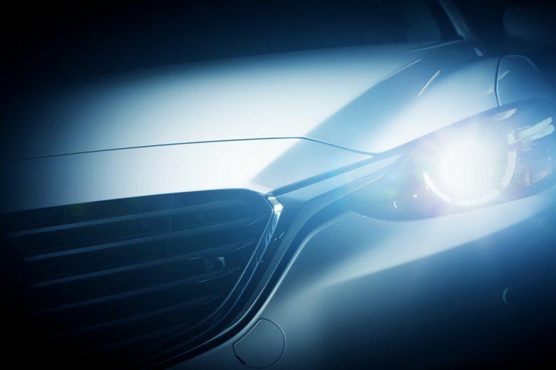 一名網友認為黃光比白光車燈更為明顯,但近年來的新車車燈都改用白光,於是想問問網友們,「為何新車的車燈要改成白燈?」。圖/ingimage