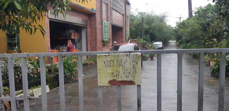 網友前往掃墓的途中遇到道路封閉。圖/取自爆怨2公社