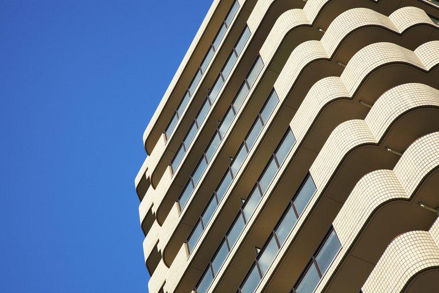 一名網友想購買45年的老公寓二樓,於是想問問「買公寓的優缺點及注意事項」,引發不...