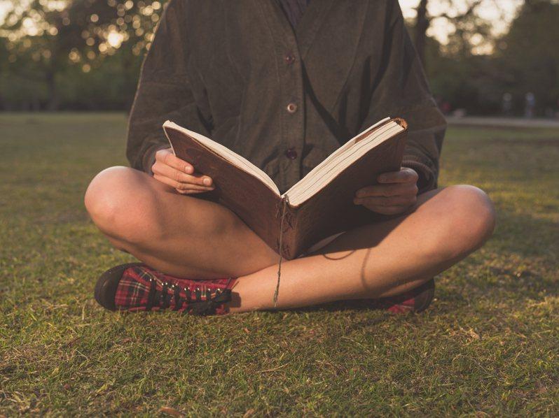 明媚的春日適合讀何種類型的書籍呢?示意圖/ingimage