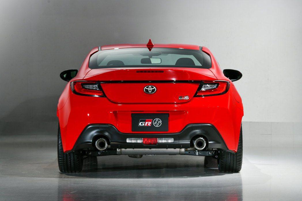 GR86車尾以C字形LED尾燈、一體成形的小鴨尾,加上雙出排氣尾管勾勒。 圖/T...