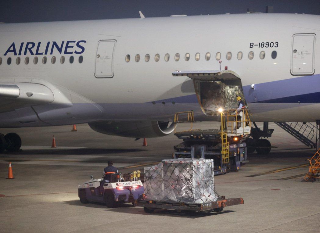 台灣從COVAX疫苗分配平台取得102萬劑AZ疫苗,首批19.92萬劑由華航班機...