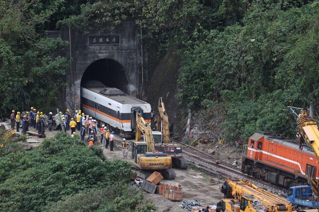 太魯閣號撞車現場持續復舊,隧道內第四節車廂昨已拉出。記者黃義書/攝影