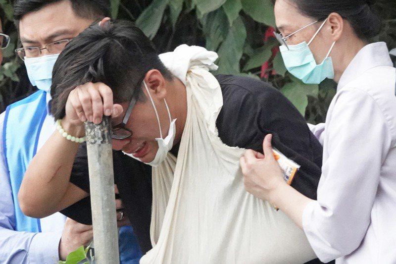 台鐵太魯閣號事故現場舉行招魂儀式,家屬哭斷腸,令人鼻酸。圖/聯合報系資料照片