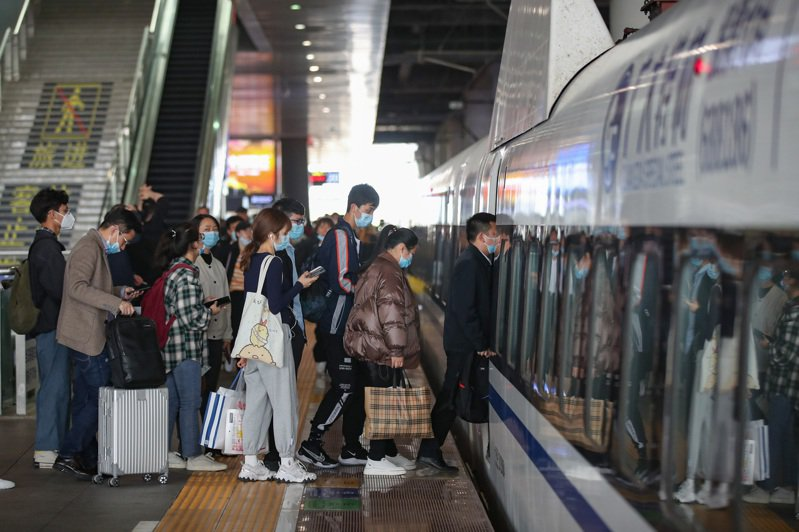 中國國家鐵路集團有限公司披露,鐵路清明小長假運輸啟動,中國大陸鐵路預計發送旅客4970萬人次。圖為4月2日,旅客在貴陽北站上車。(中新社)