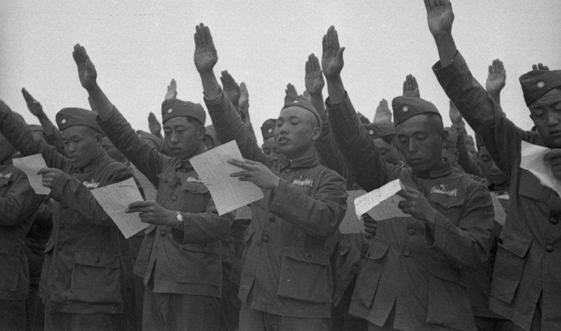 全體反共義士從軍報國宣誓典禮,圖為會中義士們舉手宣讀誓詞。圖/聯合報系資料照片