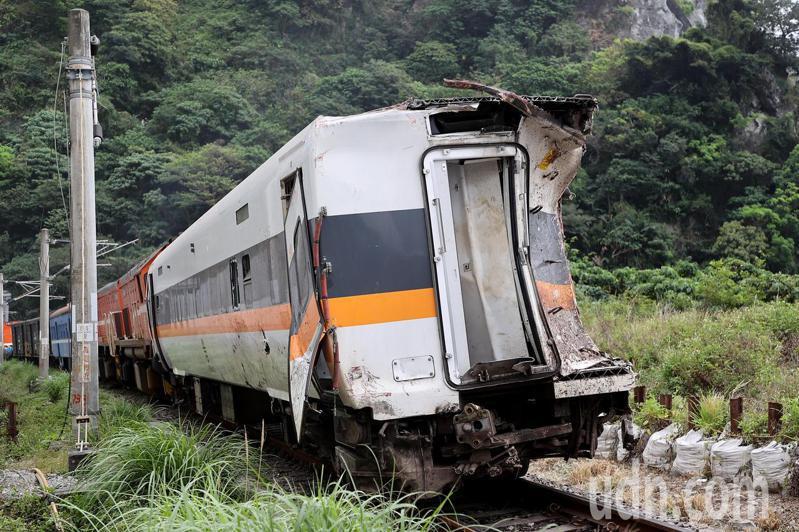 台鐵太魯閣號2日出軌事故造成嚴重死傷,由外觀可見車廂前後因受到擠壓明顯變形。聯合報系資料照/記者余承翰攝影