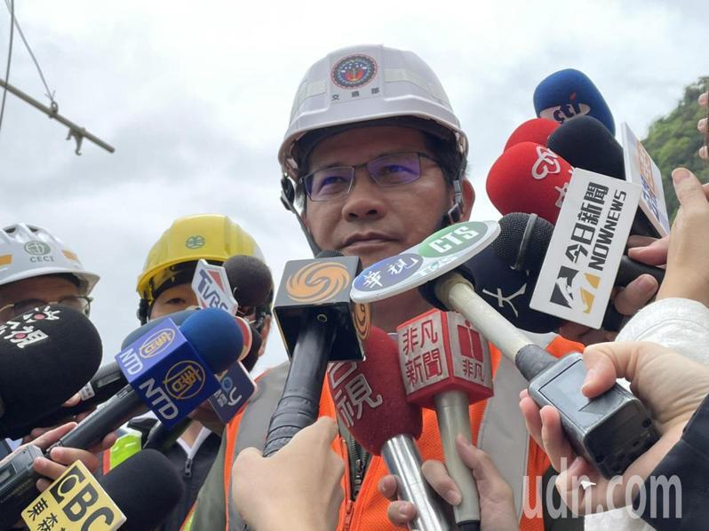 交通部長林佳龍今天在出軌現場受訪。記者王思慧/攝影