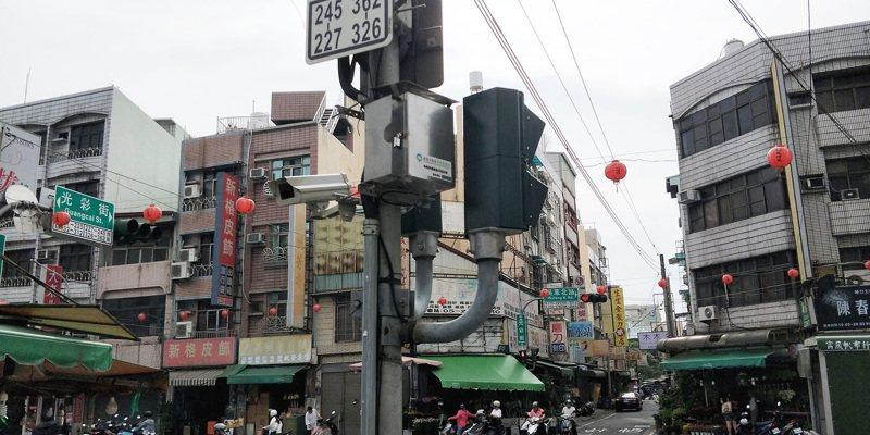 嘉義市政府去年於東市場、永和市場的周邊路口裝設「固定式車牌辨識系統」。圖/嘉義市政府提供