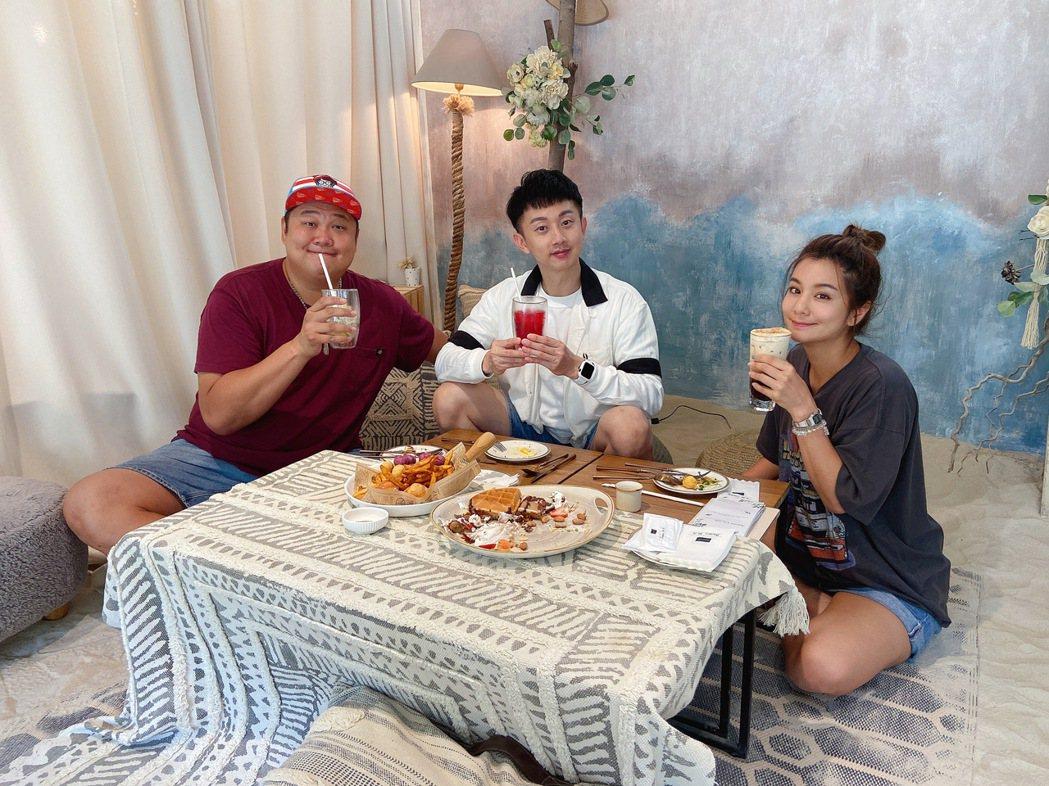 莎莎(右)告別主持長達13年的「食尚玩家」。圖/TVBS提供