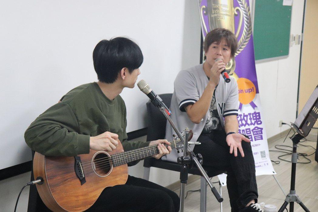 董事長樂團吉董(右)、郭子恆到世新大學舉辦鐵玫瑰講唱會。圖/新視紀整合行銷提供