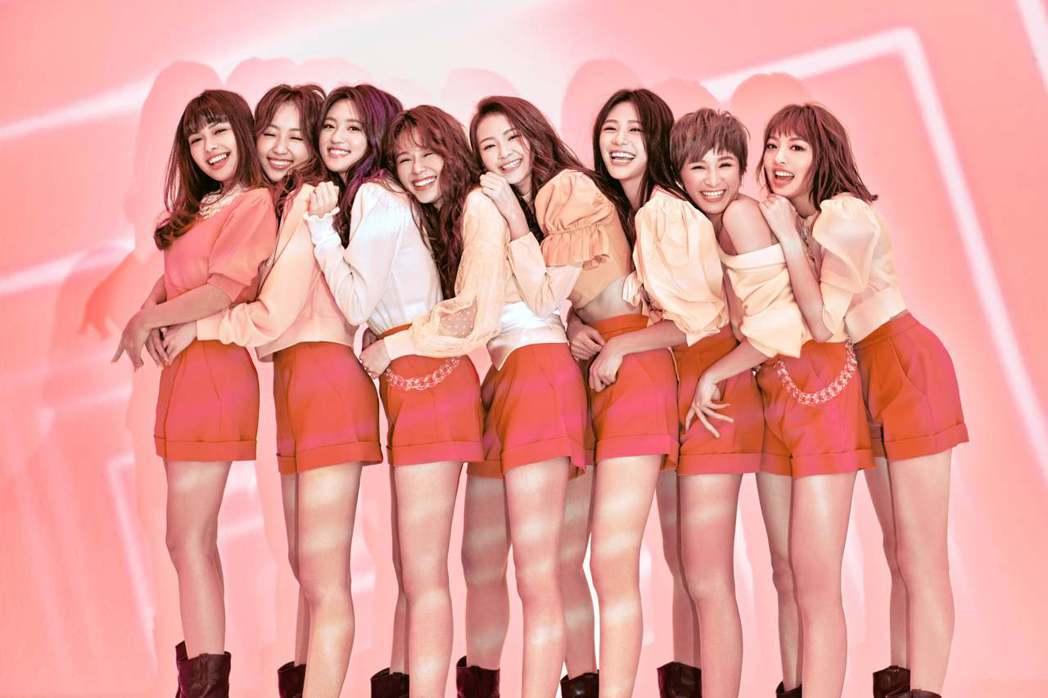 PINK FUN由心平(左起)、聖恩、朵莉、容容、珮含、Nicole、以芯、巧瑜...