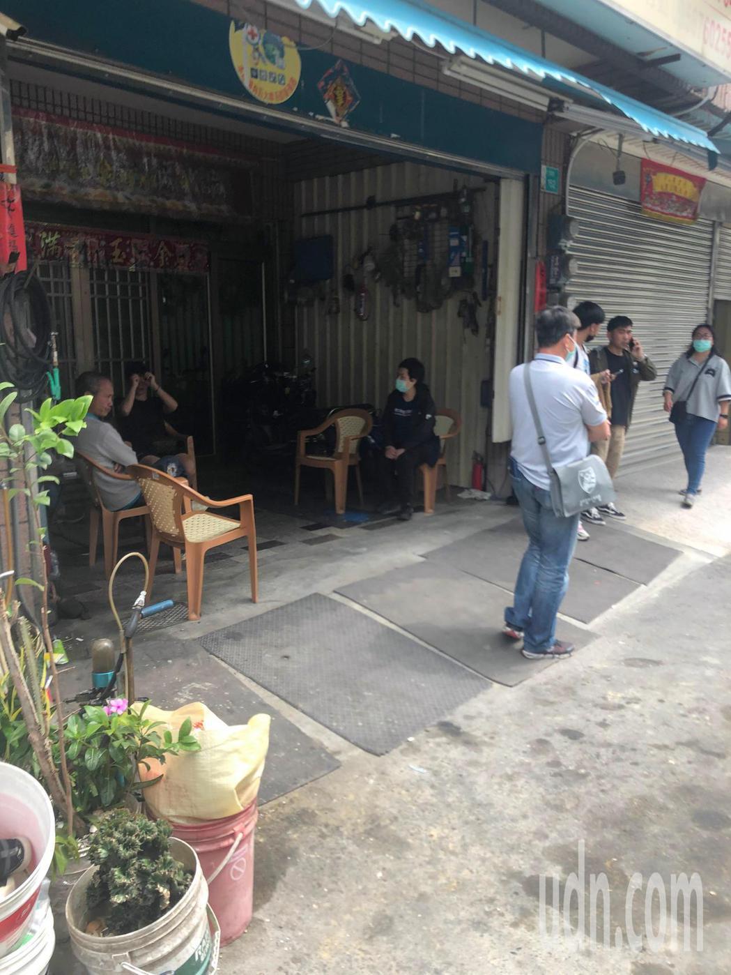 太魯閣號21歲罹難女憲兵蔡慧鵑下午移靈回台南,親友聚集等候。記者周宗禎/攝影