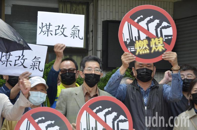 台灣環保聯盟會長劉志堅(前排中)今專程從北部南下到雲林麥寮聲援地方的連署行動。記者陳苡葳/攝影