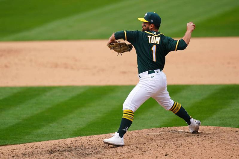 運動家菜鳥左外野手湯姆被迫「二刀流」,9局上登板投球。路透