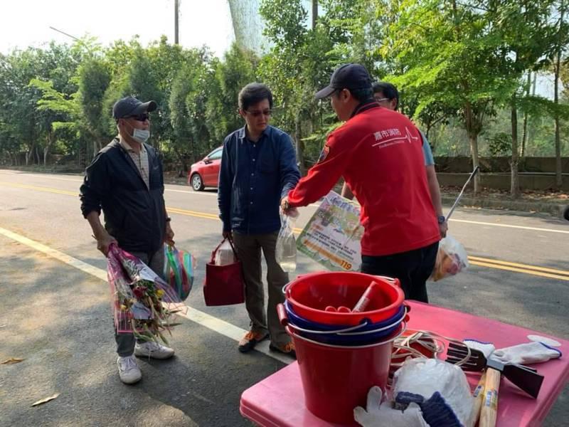 嘉義市消防局各分隊,都在轄區公墓周邊發放水袋、宣導防火。記者卜敏正/翻攝