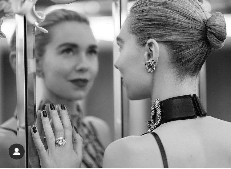 凡妮莎寇比配戴卡地亞珠寶。圖/取自IG @vanessa__kirby