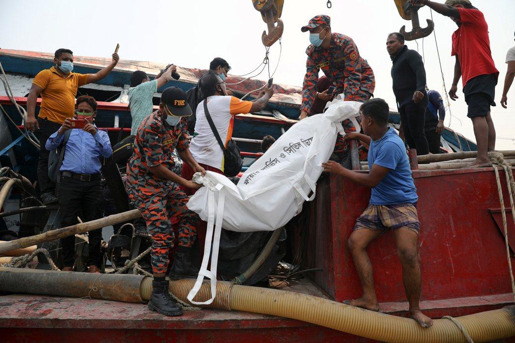 孟加拉首都達卡以南拉克什亞河四日發生一艘載著約五十名乘客的渡輪和貨輪相撞事故,造...