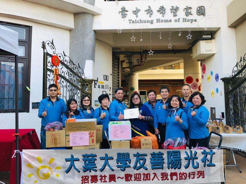 陳建富(左一)帶領大葉大學友善陽光社員送物資給社福團體。圖/大葉大學提供