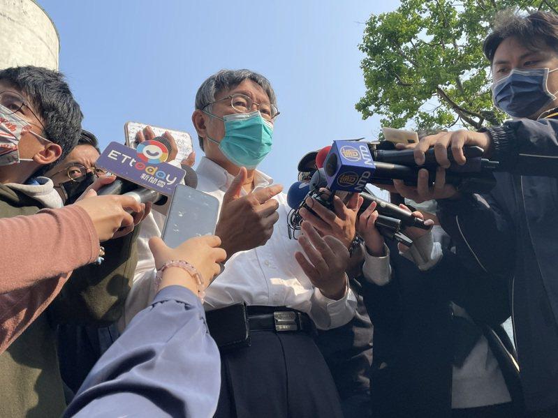 台北市長柯文哲今前往靈堂弔唁,談到交通部長林佳龍請辭一事,柯文哲表示,一個人的去留反而不是那麼重要,重點是要解決問題,有時留下來承擔更困難。記者潘才鉉/台北報導