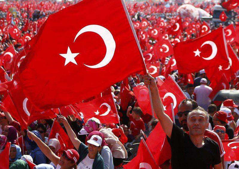 土耳其2016年夏天發生流產政變後,總統厄多安在伊斯坦堡發起支持他的大遊行。路透