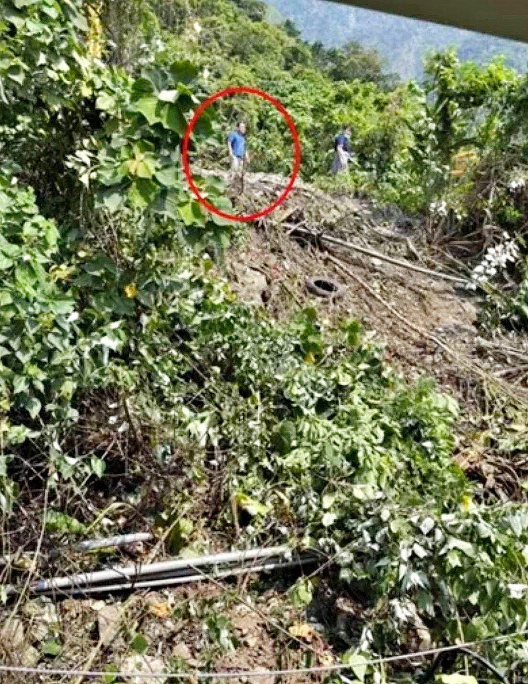 肇事的義祥工程負責人李義祥(左)被乘客拍到站在事發現場往列車方向看去,交通部政務...