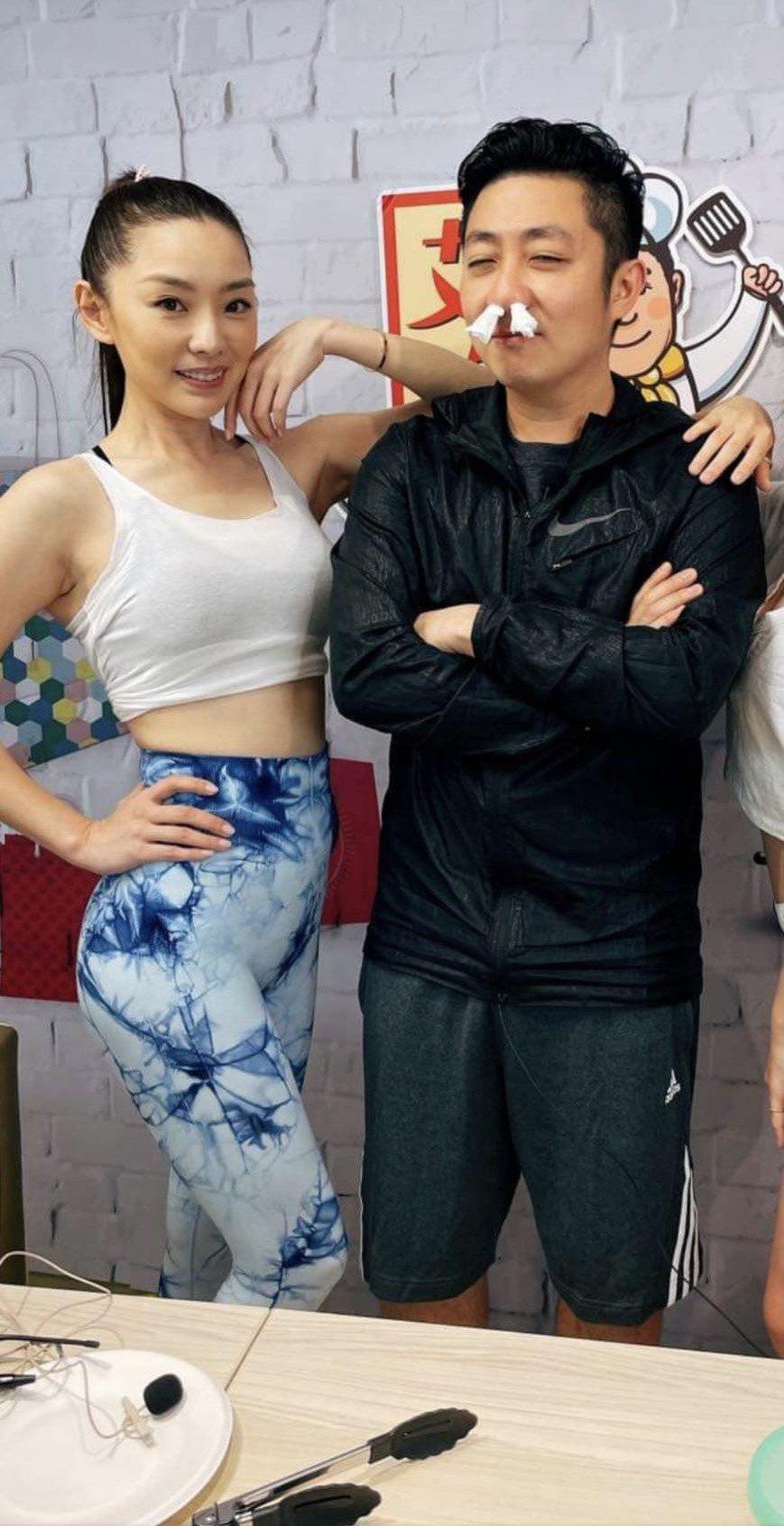 賴芊合(左)近期和艾成主持網路直播節目「艾吃鬼」。圖/民視鳳凰藝能提供