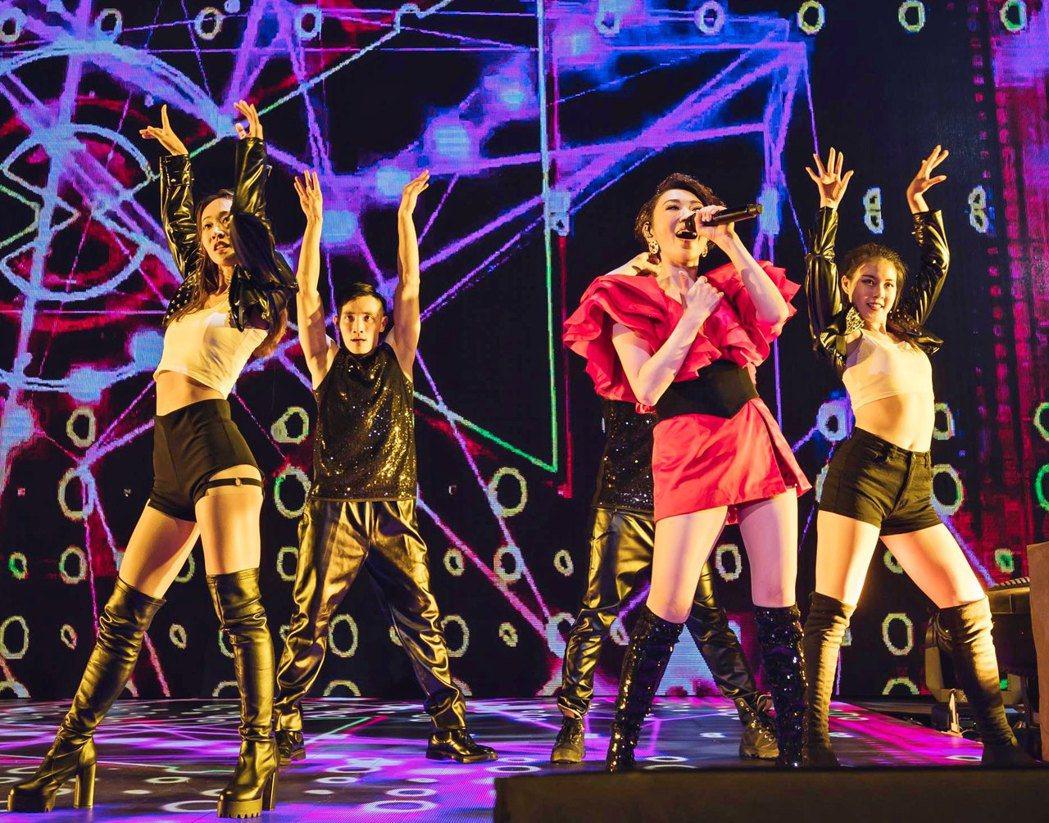 李翊君(右二)上個月底在高雄展開「翊如既往」巡迴演唱會。圖/寬宏藝術提供