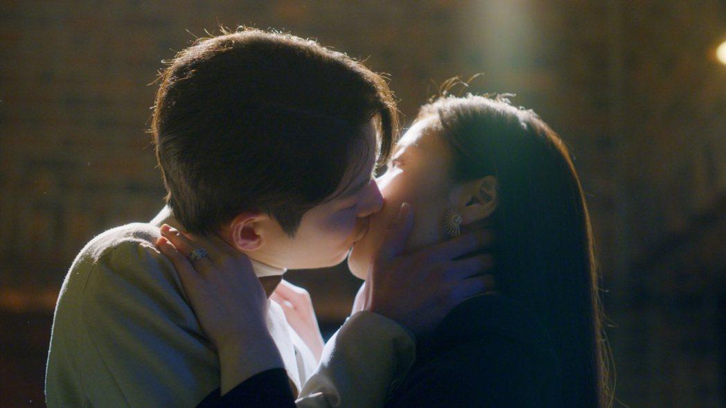 宋仲基和全余贇上演浪漫吻戲。圖/摘自Netflix