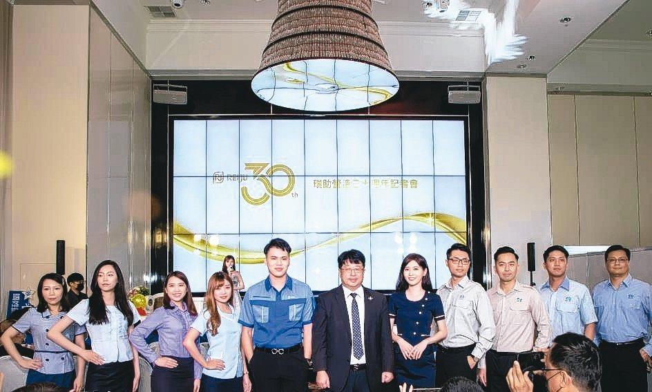 在董事長張正岳(左六)帶領下,瑞助營造已成長為營收破百億的集團企業。瑞助營造/...