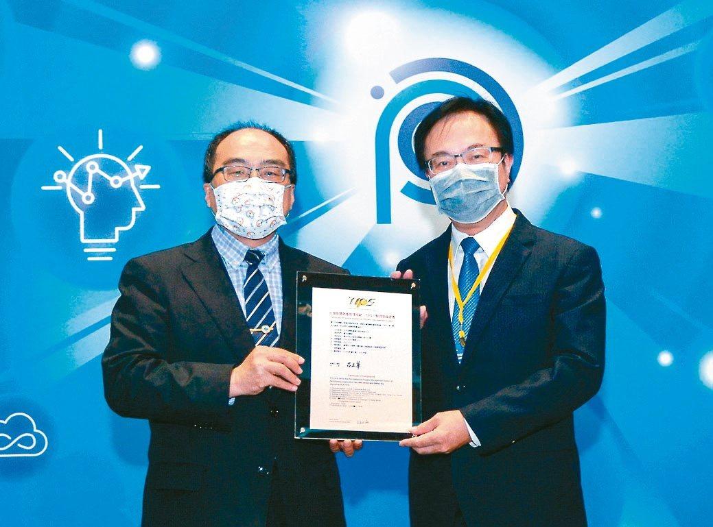 經濟部工業局長呂正華(左)頒發「台灣智慧財產管理規範(TIPS)驗證登錄證書」,...