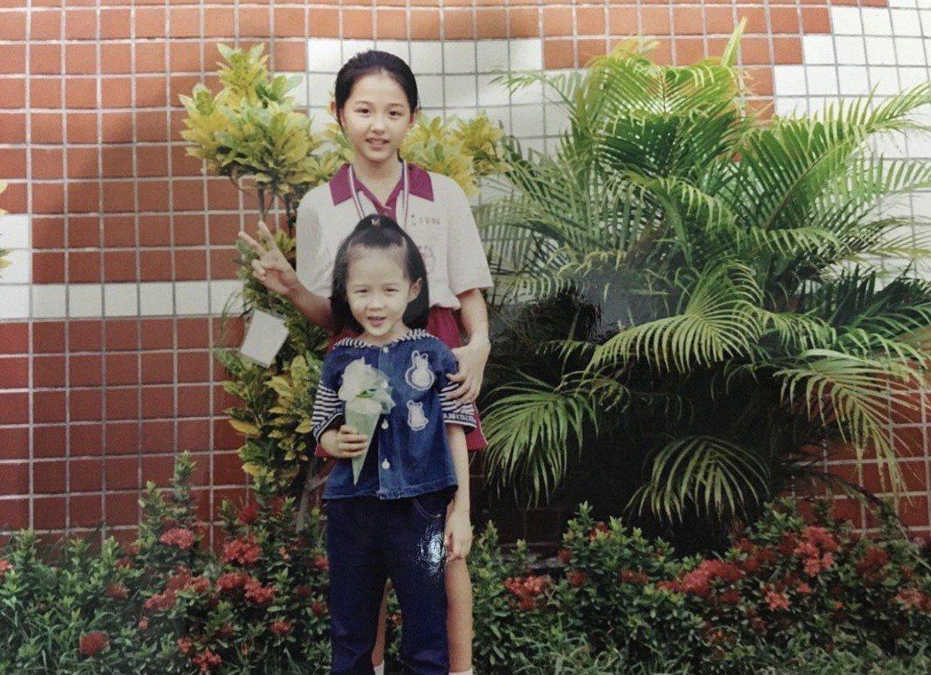 邵雨薇曬出小時候和妹妹的合照,祝福兒童節快樂。圖/摘自IG
