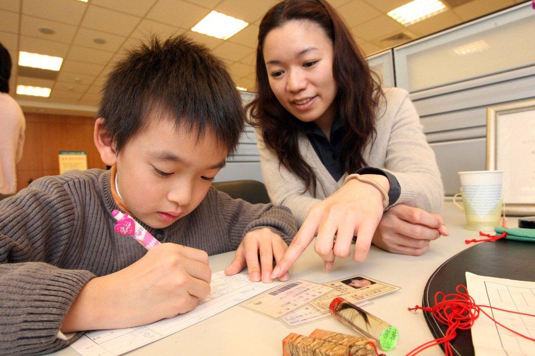 亞洲約有65%的父母會在孩子十歲以下時開始進行理財教育,可見多數家長認同培育金錢...