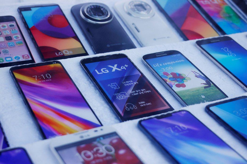 LG電子5日宣布,因市場競爭加劇且持續虧損,加上找不到買家接手,將關閉行動通訊事...