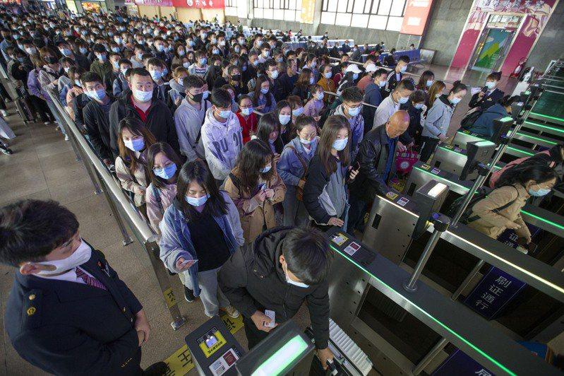 今年清明假期,大陸旅遊市場強勁復甦,出遊人次破億。圖為清明假期最後一天,山西太原火車站出現大批人潮。(中新社)
