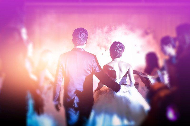 一位男網友表示女友要求他在婚禮上要穿增高鞋墊,令他覺得有失男性尊嚴,發文抱怨,結果反遭眾人吐糟。示意圖/ingimage授權