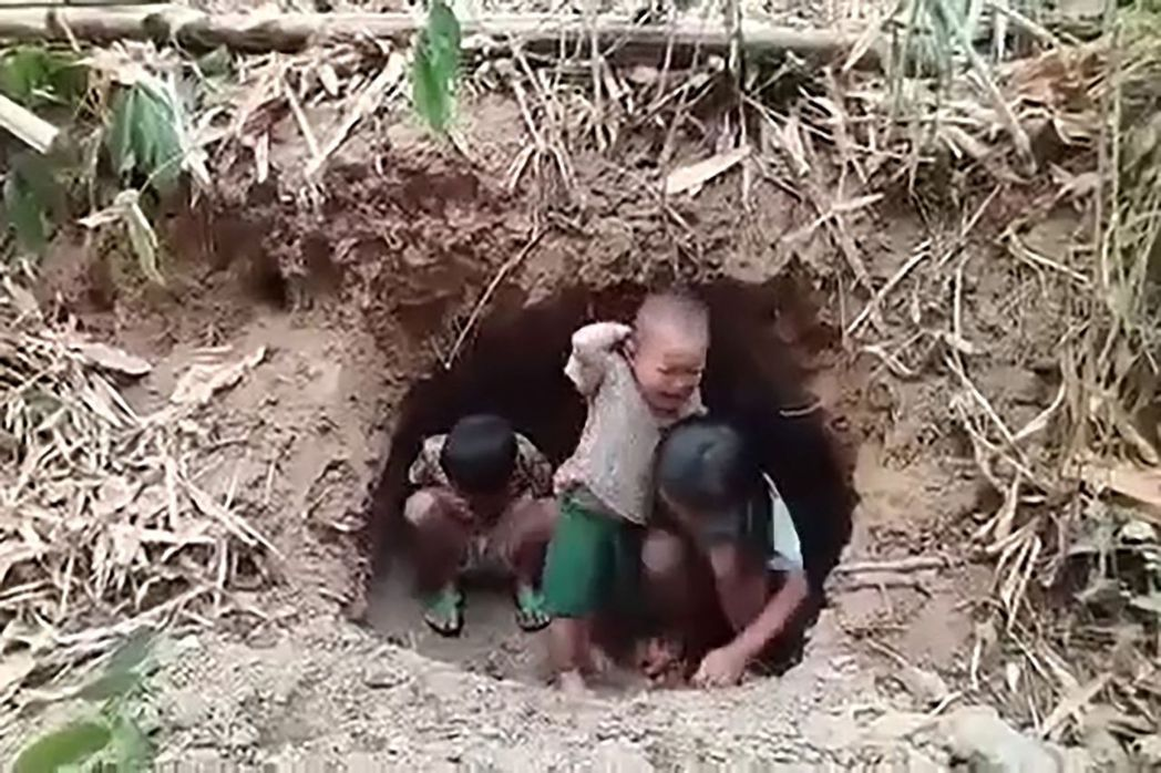 圖為逃亡的兒童躲藏在緬泰邊境區的洞穴裡。  圖/法新社/ANONYMOUS SO...