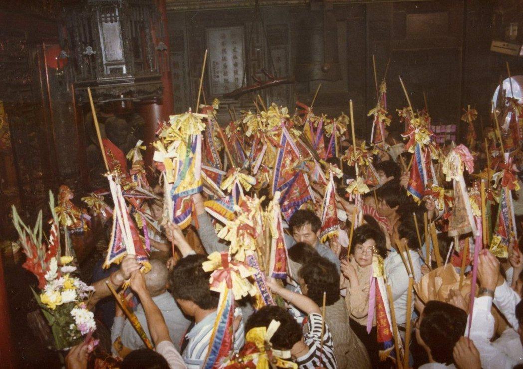 香客手持進香旗進入大殿,大殿內即將進行「謁祖割火」儀式。 圖/張珣