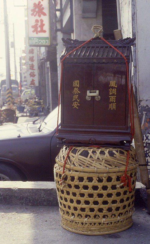 大甲鎮瀾宮的香擔,裡頭裝著香爐,是進香之行最重要的關鍵「任務」,沿途由廟方嚴密保...