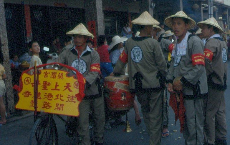 1986 年鎮瀾宮前往北港進香的開路鼓。開路鼓是進香陣頭的先鋒,走在隊伍前端,沿...