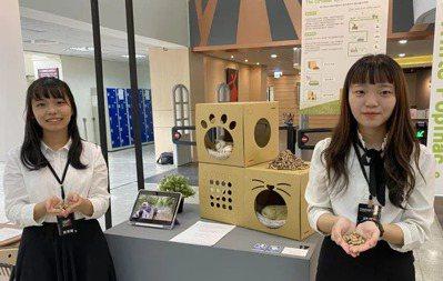 屏東科技大學木材科學與設計學系四年級學生高詩旻(右)、許芳瑜,在畢業展中,以對地...