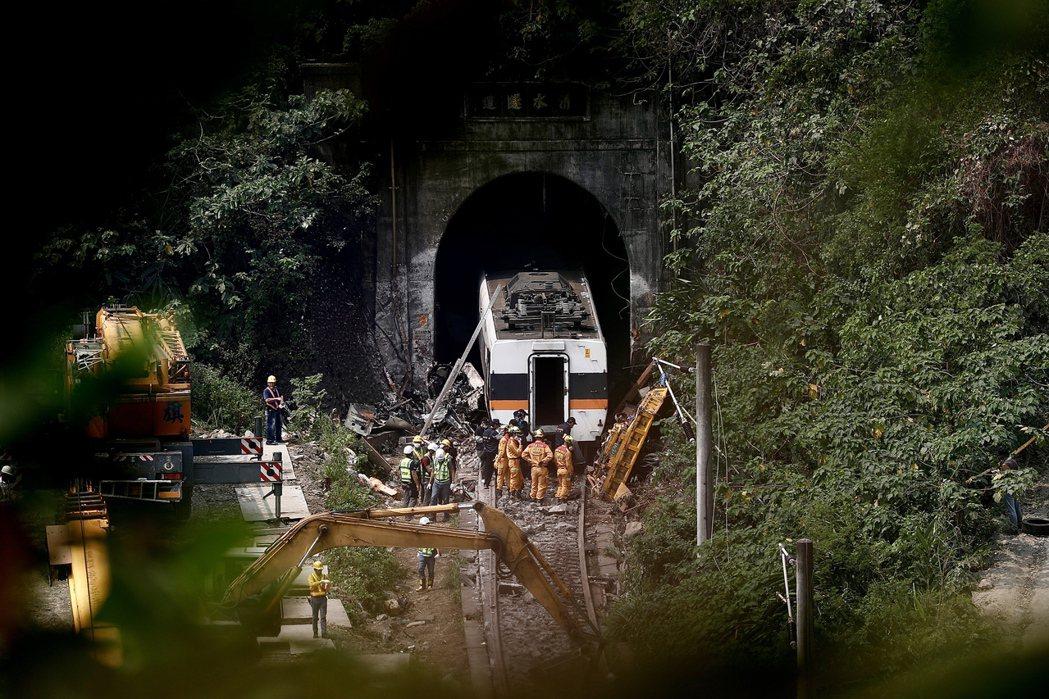台鐵太魯閣號4月2日疑撞上滑落到軌道上的吊貨卡車,造成重大傷亡。 圖/歐新社
