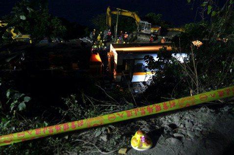 事故的賠償責任,涉及幾個關係人:台鐵、包商、乘客,如果乘客因為事故而死亡,還會涉及家屬。 圖/路透社