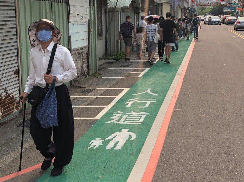 嘉義市某段新完成劃設的標線型人行道,將機車格劃在人行道內側,招來網友負評。圖擷自嘉義市政府交通處臉書專頁